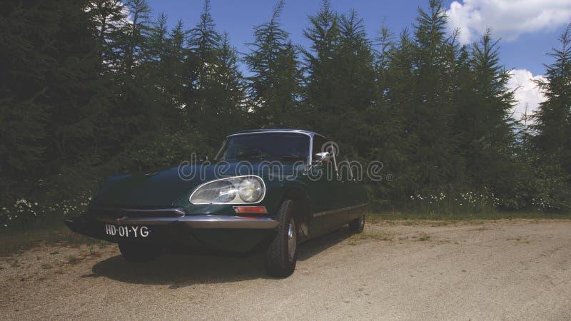 Uitstekende auto bij de landweg royalty-vrije stock afbeeldingen