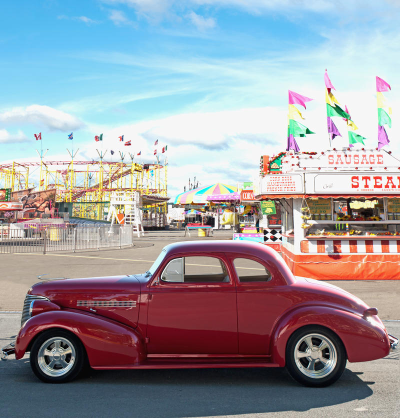 Download Uitstekende Auto En Carnaval Royalty-vrije Stock Fotografie - Afbeelding: 21042157