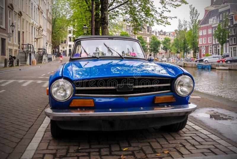 Uitstekende auto op de straat langs een kanaal in Amsterdam royalty-vrije stock afbeeldingen