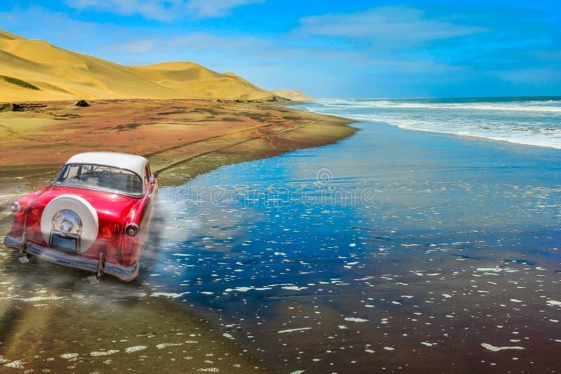 Uitstekende auto op zandige weg royalty-vrije stock foto's