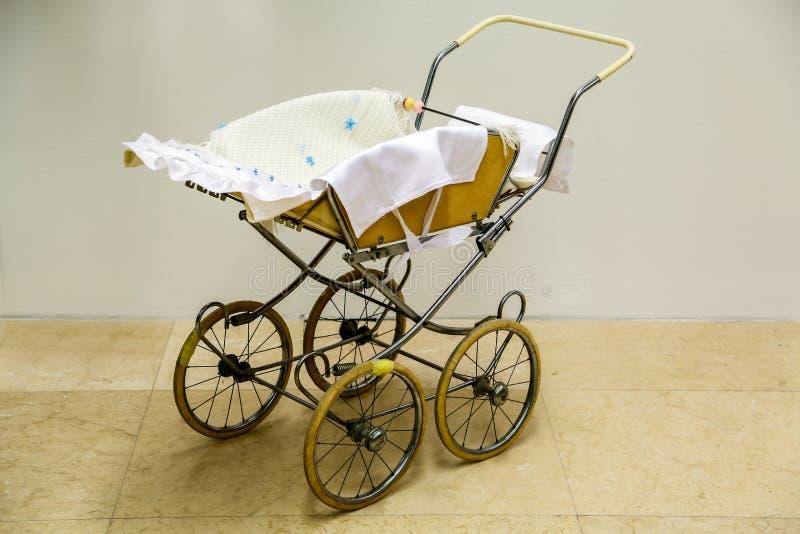Uitstekende babywandelwagen stock foto