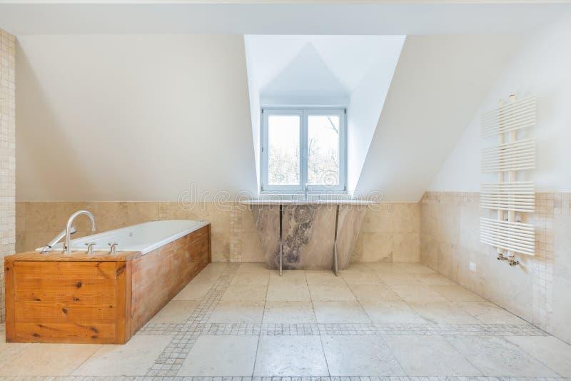 Uitstekende badkamers in de zolder royalty-vrije stock afbeelding