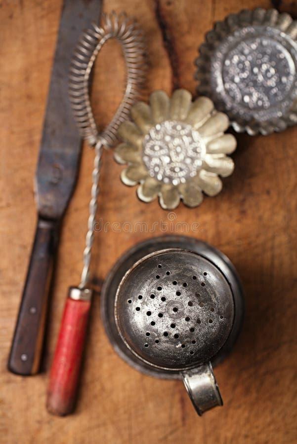 Uitstekende Bakselwerktuigen - het zeefje, zwaait, spatel, tin en moul stock foto