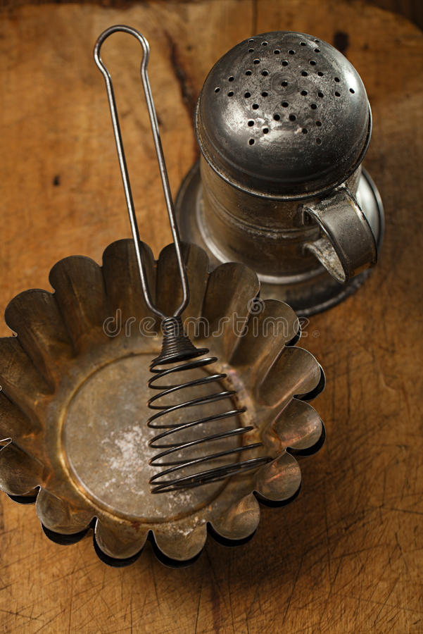 Uitstekende Bakselwerktuigen - zeefje, spatel, tin en vormen stock fotografie