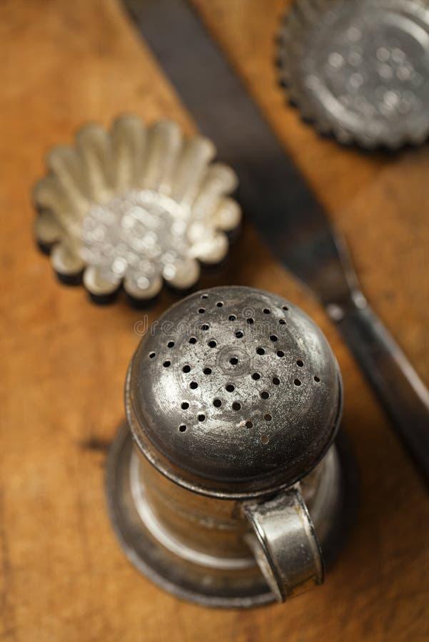 Uitstekende Bakselwerktuigen - zeefje, spatel, tin en vormen stock foto