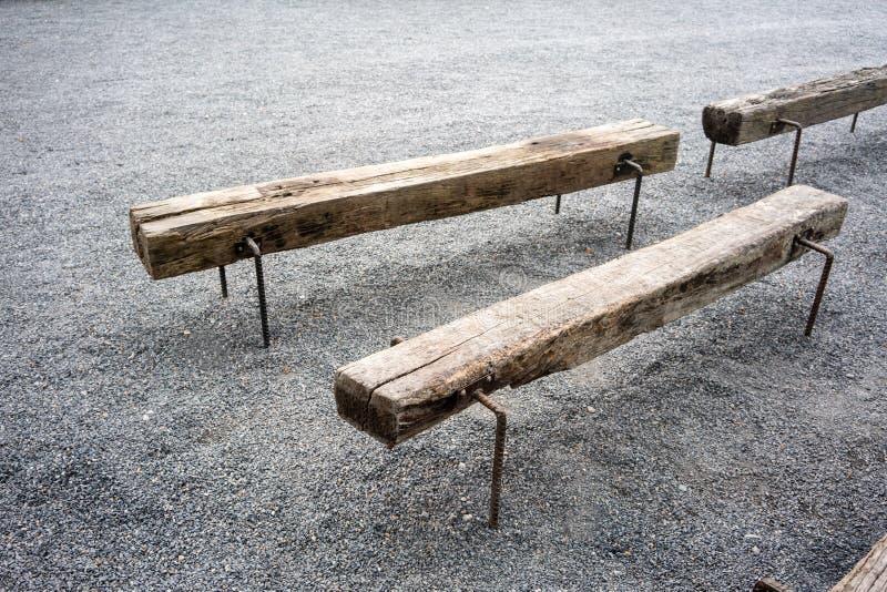 Uitstekende bank die met houten logboek en metaalbenen wordt gemaakt stock foto