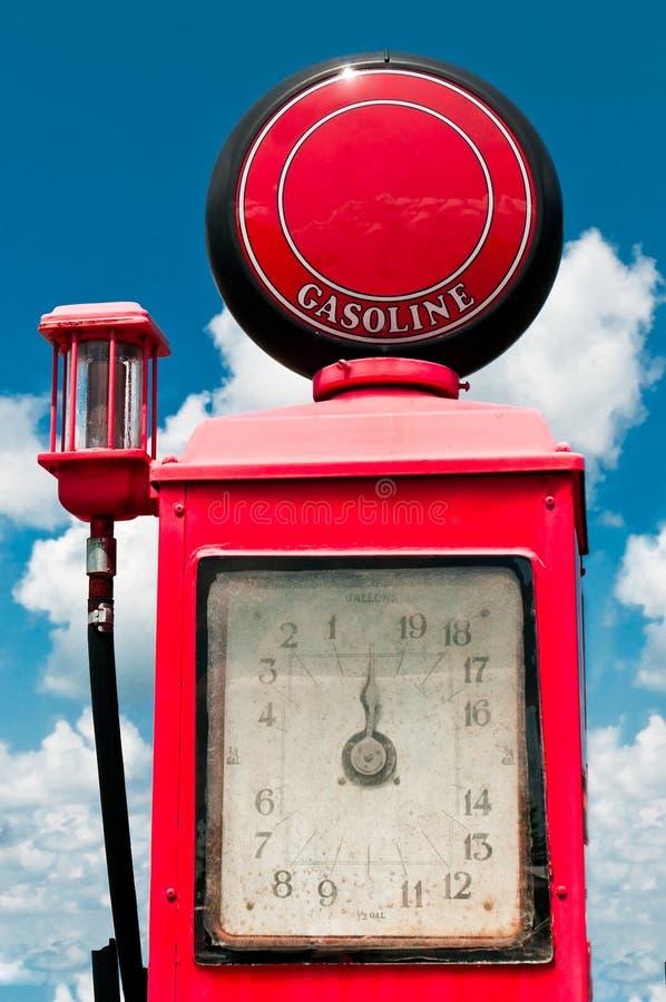 Uitstekende Benzinepomp tegen Bewolkte Blauwe Hemel royalty-vrije stock fotografie