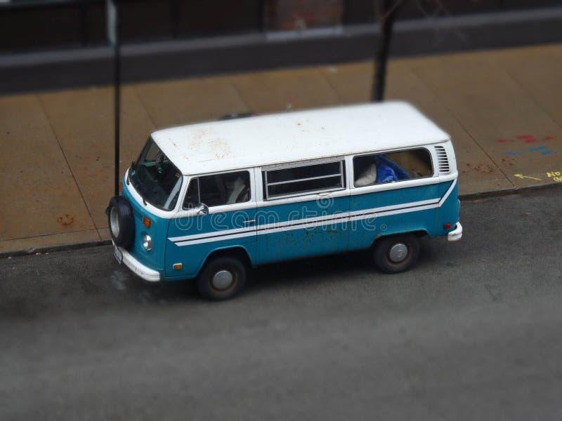 Uitstekende blauwe bestelwagen stock fotografie