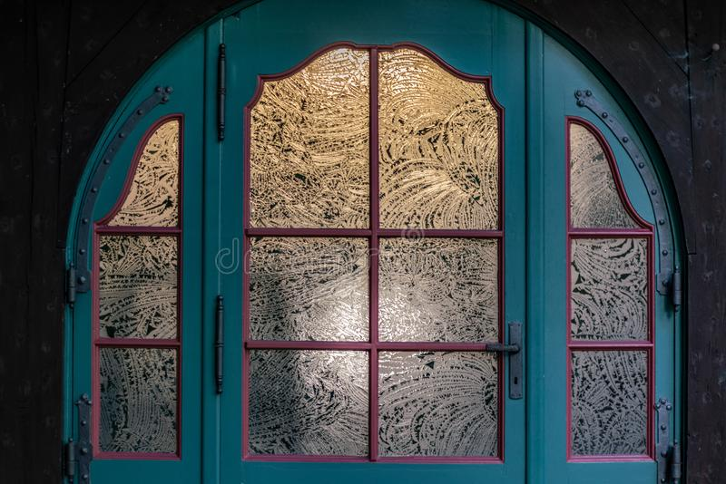 Uitstekende blauwe deur met geëtste glaspanelen royalty-vrije stock fotografie