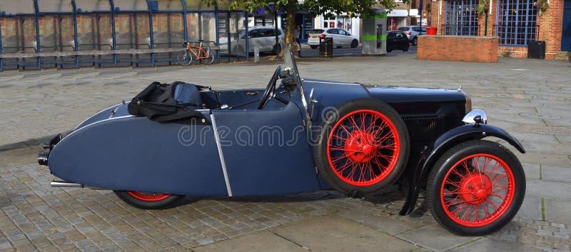 Uitstekende Blauwe die het WielAuto van BSA 3 op stadsvierkant wordt geparkeerd royalty-vrije stock afbeeldingen