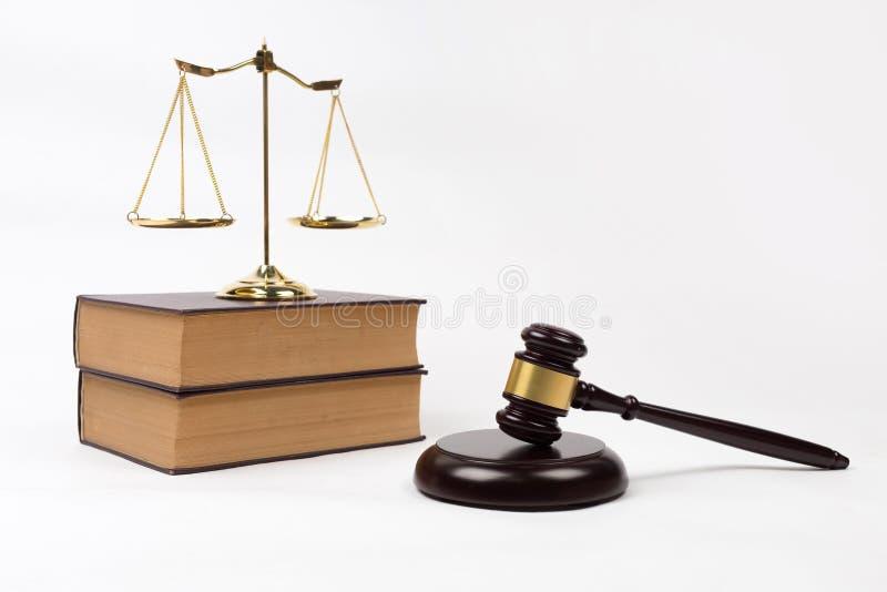 Uitstekende boek en hamer met schalen van rechtvaardigheid voor advocaathof r royalty-vrije stock afbeelding