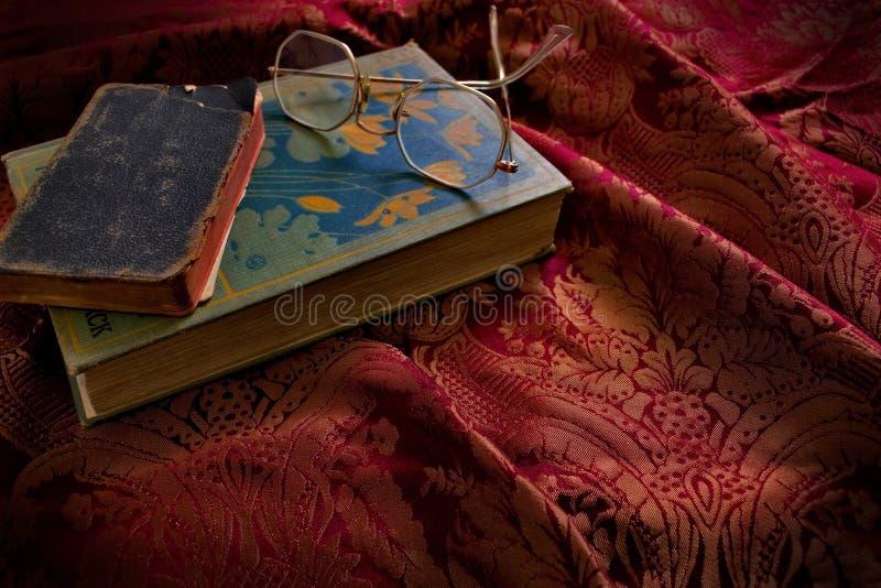 Uitstekende Boeken met Glazen stock fotografie