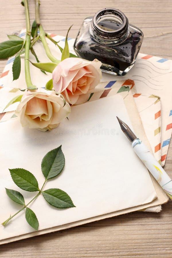 Uitstekende brieven, rozen en fles inkt royalty-vrije stock foto's