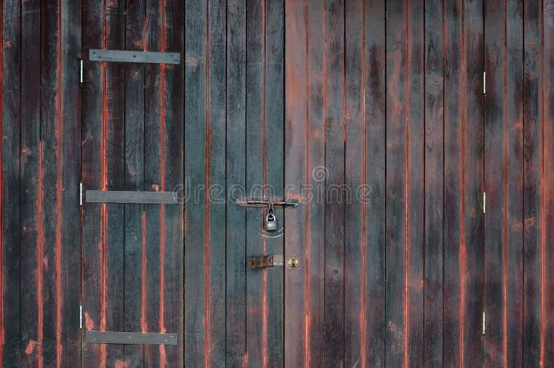 Uitstekende bruine houten deur met gesloten sleutel stock foto's