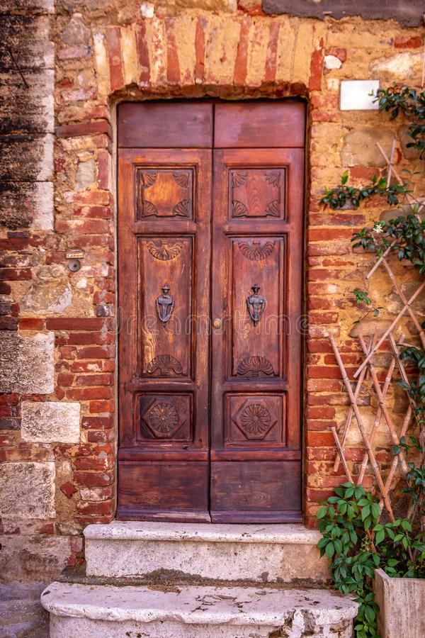 Uitstekende bruine houten deur in Toscanië, Italië stock foto's