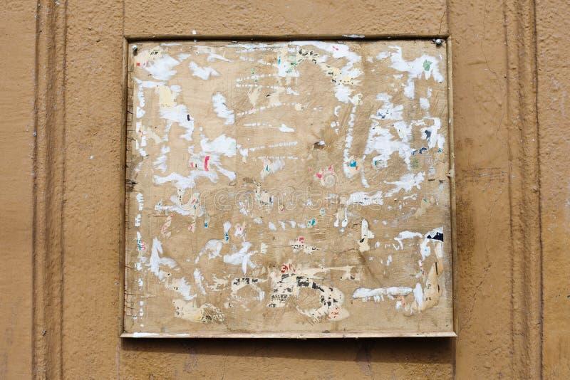 Uitstekende bulletin vierkante raad met exemplaarruimte de oude vuile achtergrond van de straatmuur stock foto