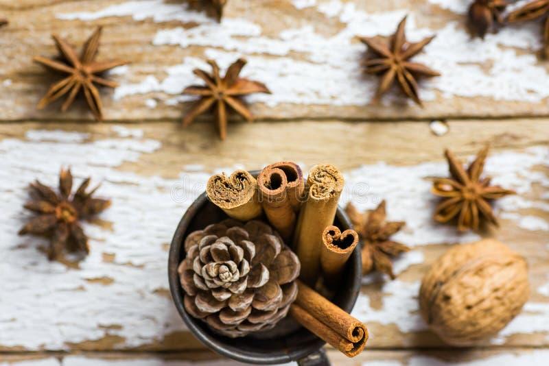 Uitstekende Cad van de Kerstmisgroet met de DecoratiePijpjes kaneel Anise Stars Pine Cones van Bakselingrediënten in Kruik op Sne stock afbeelding