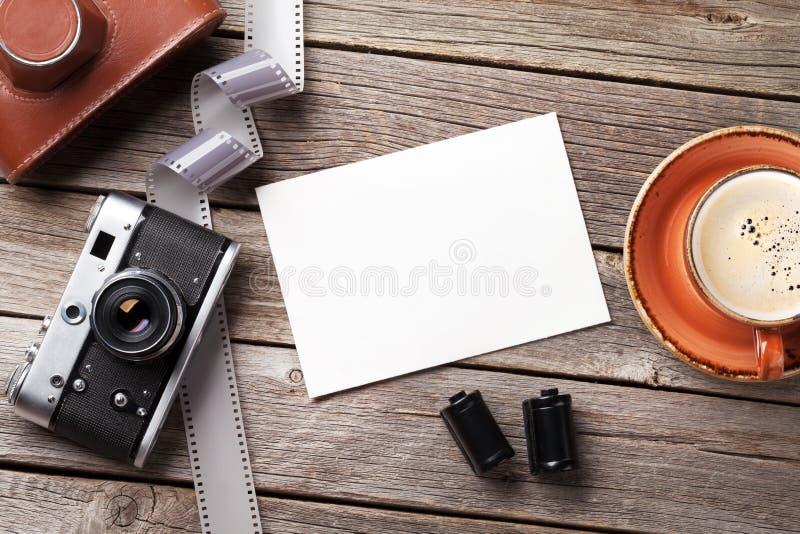 Uitstekende camera en leeg fotokader stock foto's