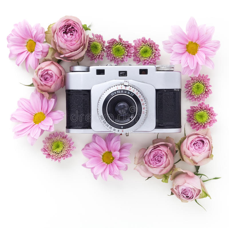 Uitstekende camera en roze bloem op witte achtergrond Vlak leg, hoogste mening royalty-vrije stock foto