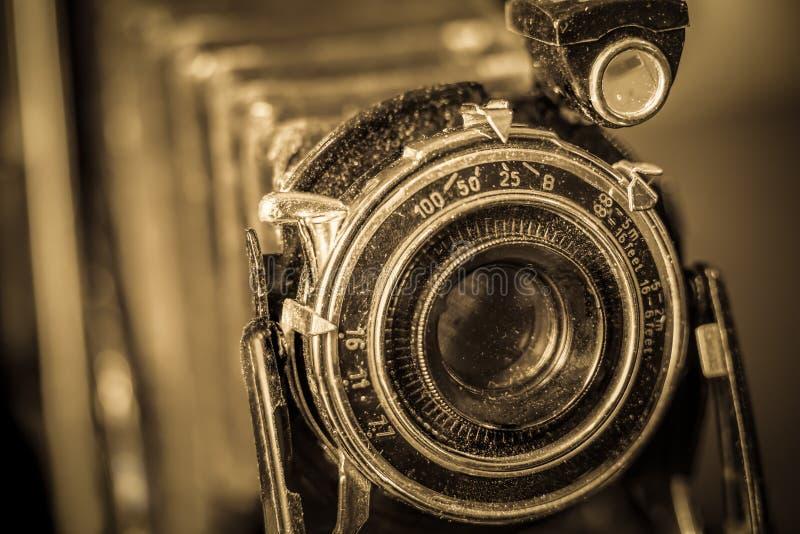 Uitstekende camera met sepia toon royalty-vrije stock afbeeldingen