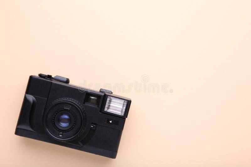 Uitstekende camera op beige achtergrond Oude fotocamera op beige achtergrond royalty-vrije stock afbeelding