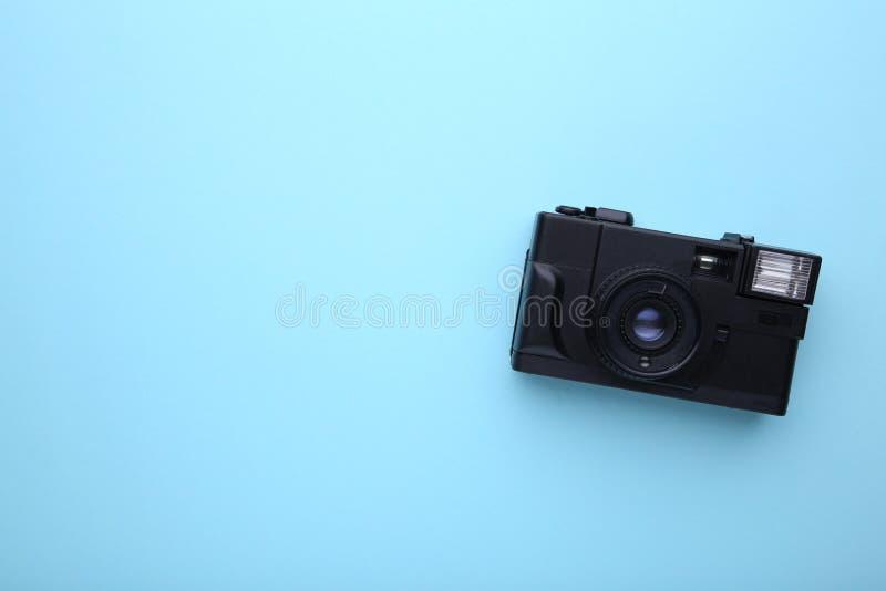 Uitstekende camera op blauwe achtergrond Oude fotocamera op achtergrond royalty-vrije stock afbeeldingen