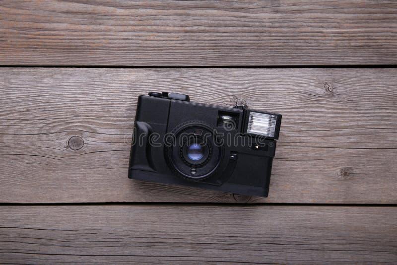Uitstekende camera op grijze houten achtergrond Oude fotocamera op grijze achtergrond stock fotografie