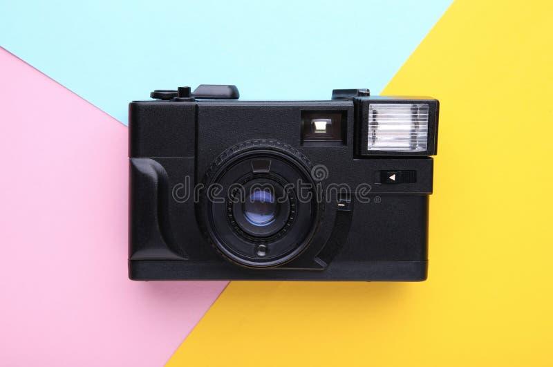 Uitstekende camera op kleurrijke achtergrond Oude fotocamera op achtergrond royalty-vrije stock foto