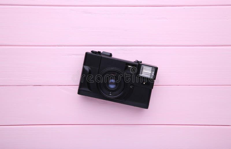 Uitstekende camera op roze houten achtergrond Oude fotocamera op achtergrond stock fotografie