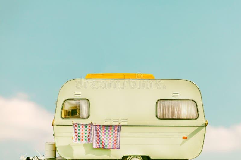 Uitstekende caravan met handdoek en gordijnen stock foto