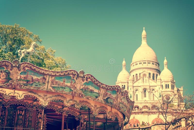 Uitstekende carrousel en de Basiliek van het Heilige Hart in Montmartre, Parijs Frankrijk stock afbeeldingen