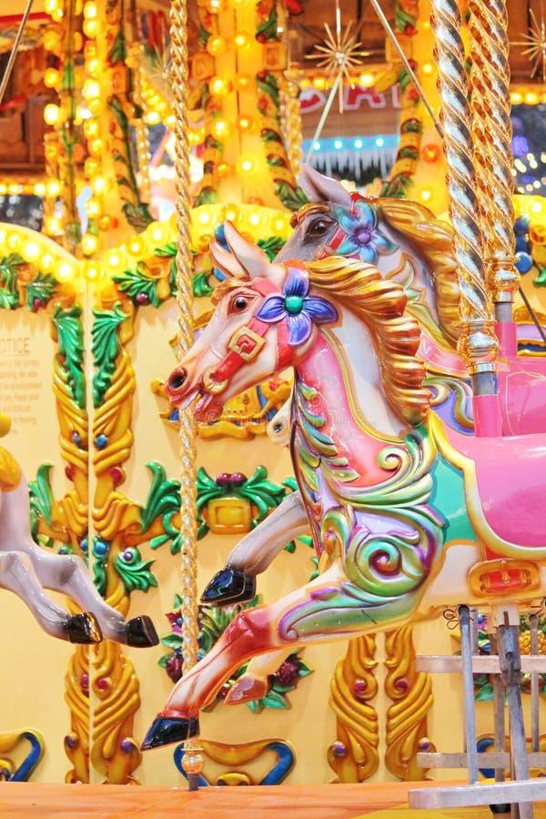 Uitstekende carrousel vrolijk-gaan-rond geschilderd paarden stock afbeelding