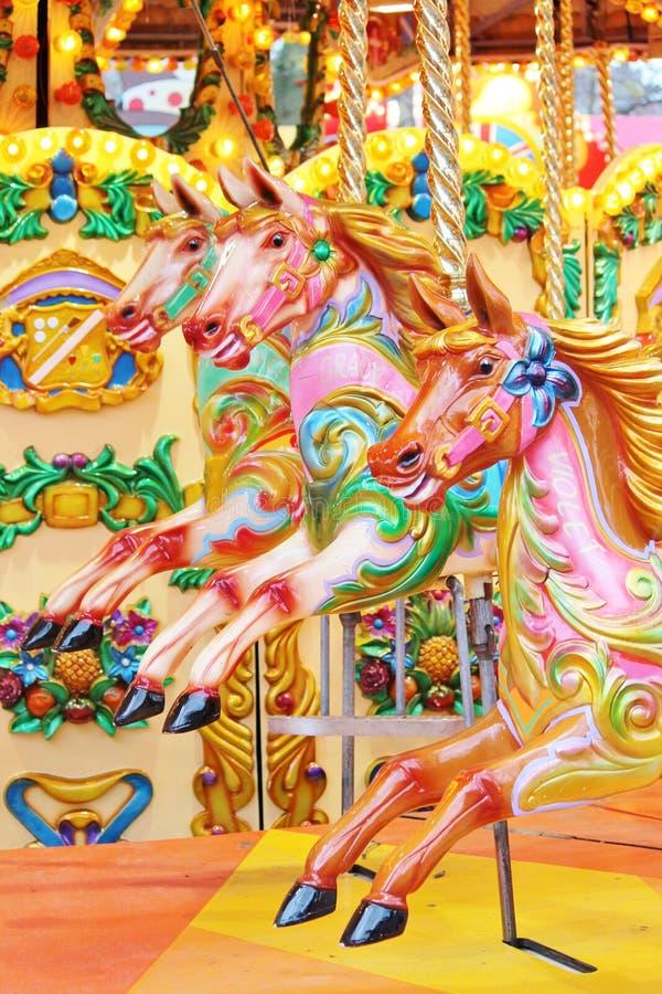 Uitstekende carrousel vrolijk-gaan-rond geschilderd paarden stock fotografie