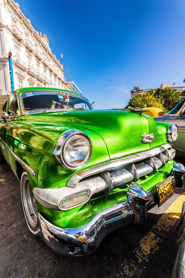Uitstekende Chevrolet die in Oud Havana wordt geparkeerd stock foto