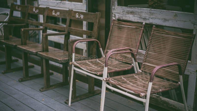 Uitstekende Comfortabele Openlucht Houten Stoelfoto's stock fotografie