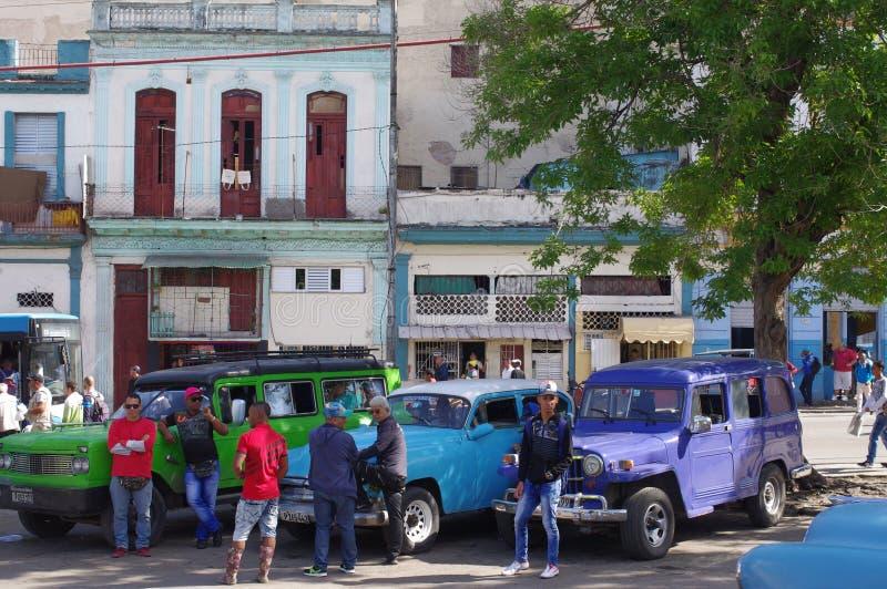 Uitstekende communale taxis in Havana, Cuba stock afbeeldingen
