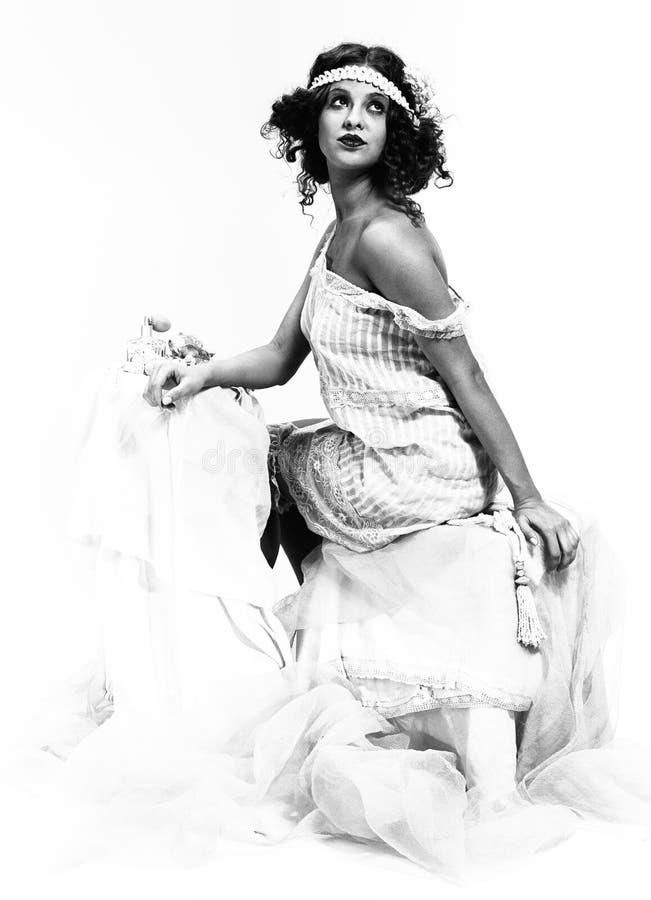 Uitstekende dame in retro boudoir, b&w royalty-vrije stock afbeelding