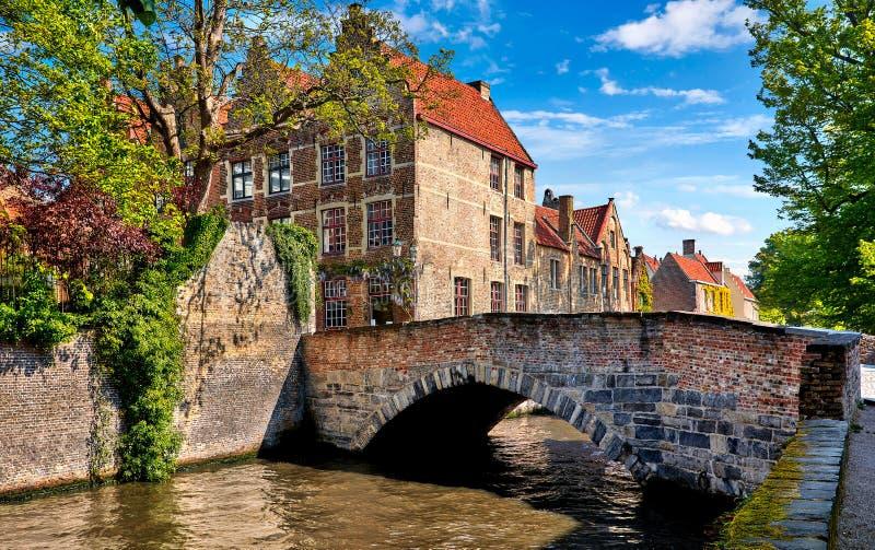 Uitstekende de steenhuizen en brug van Brugge België stock foto