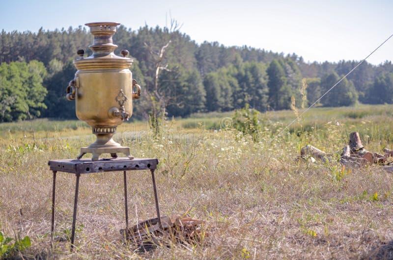 Uitstekende de theesamovar van het metaalkoper Samovar zijaanzicht retro samovar van de roet grunge thee werd lange tijd gebruikt stock afbeeldingen