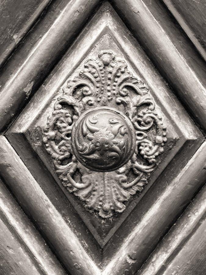 Uitstekende deurknop op antieke deur stock afbeelding
