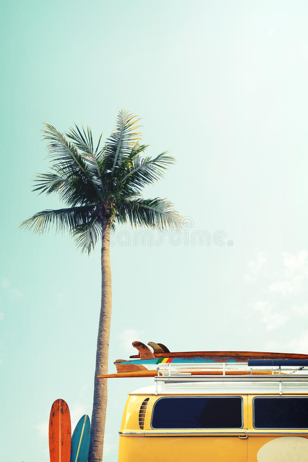 Uitstekende die auto op de tropische strandkust wordt geparkeerd met een surfplank op het dak royalty-vrije stock foto