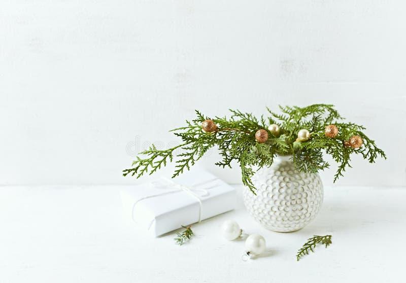 Uitstekende die Kerstmisdecoratie van natuurlijke altijdgroene takjes wordt gemaakt De ruimte van het exemplaar stock afbeeldingen