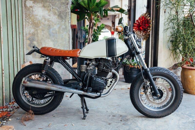 Uitstekende die motorfiets op de straat van Penang wordt geparkeerd royalty-vrije stock foto's