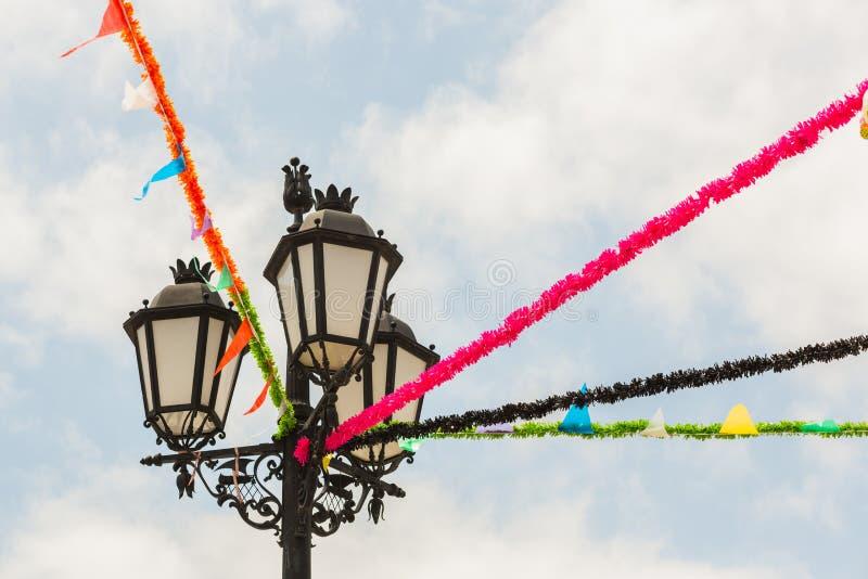 Uitstekende die stijl lampost voor een festival wordt verfraaid royalty-vrije stock foto