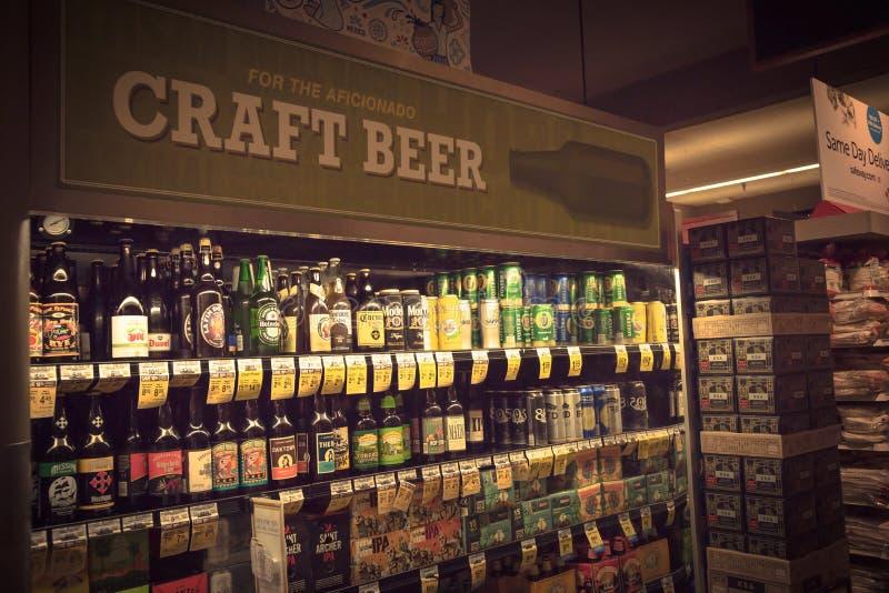 Uitstekende diverse selectie van bierflessen op vertoning bij supermar royalty-vrije stock afbeelding