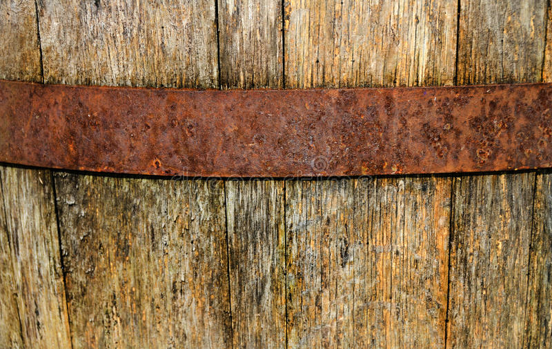 Uitstekende, doorstane, houten wijnvat en metaalhoepel royalty-vrije stock afbeeldingen