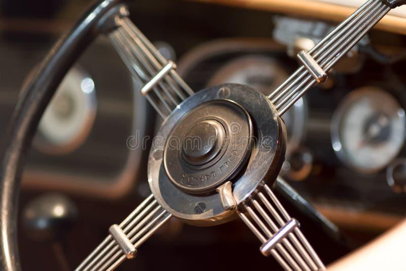 Uitstekende dubbele verhouding het close-up van het autostuurwiel Geschiedenis van het drijven royalty-vrije stock foto's