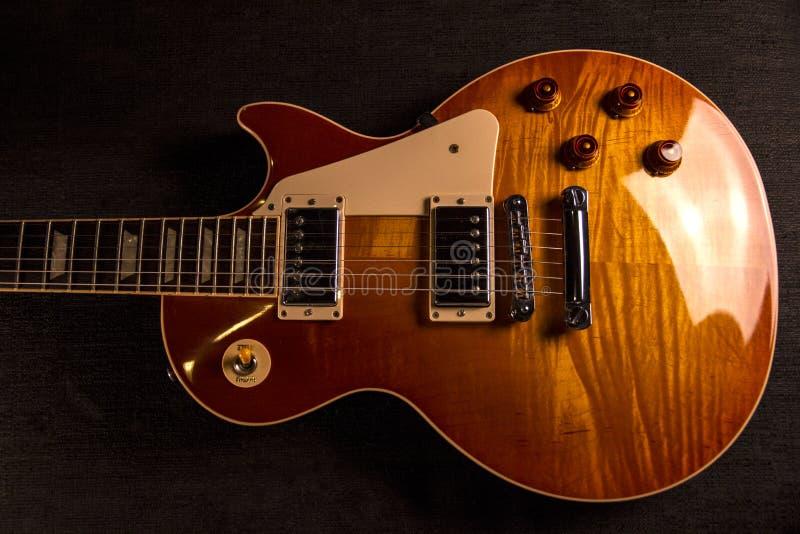 Uitstekende elektrische gitaar met de perfecte verf van een heldere kersenkleur met bijna metaalbezinningen stock afbeeldingen