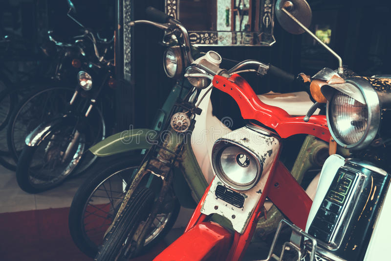 Uitstekende en Klassieke die motorfiets in garage wordt geparkeerd stock afbeelding