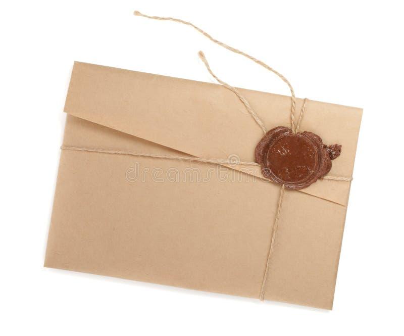 Uitstekende envelop met zegel stock fotografie